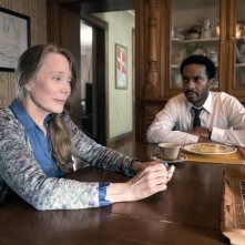 Castle Rock: Sissy Spacek e Andre Holland in una scena della serie tv