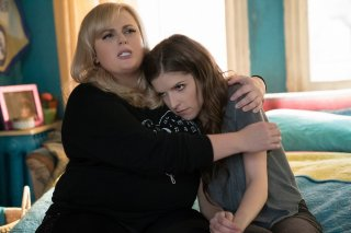 Pitch Perfect 3: Rebel Wilson e Anna Kendrick in una scena del film