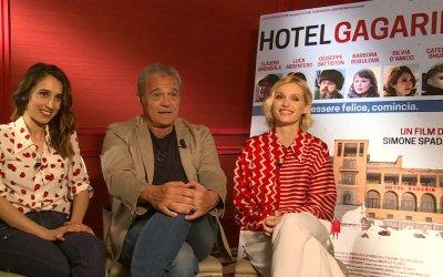 """Claudio Amendola su Hotel Gagarin: """"Questo è ancora l'unico mestiere dei sogni: chi è fuori non lo capirà mai"""""""