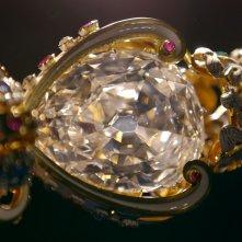 La Regina Elisabetta II - i gioielli della corona mostrati in un documentario