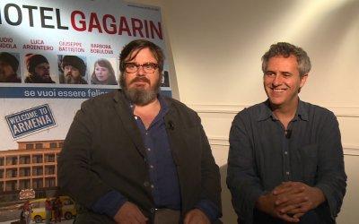 """Giuseppe Battiston su Hotel Gagarin: """"Il cinema ha una magia che non può avere il computer, l'Ipad o la tv"""""""