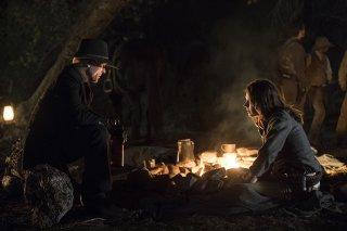 Westworld: Ed Harris e Katja Herbers in una scena dell'episodio Phase Space