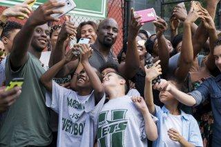 Luke Cage 2, Mike Colter si fa un selfie con un nugolo di ragazzini