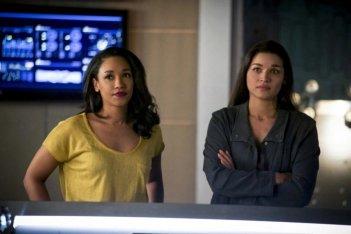 The Flash: Kim Engelbrecht e Candice Patton in una scena dell'episodio We Are the Flash