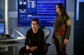 The Flash: Carlos Valdes e Tom Cavanagh in una scena dell'episodio We Are the Flash