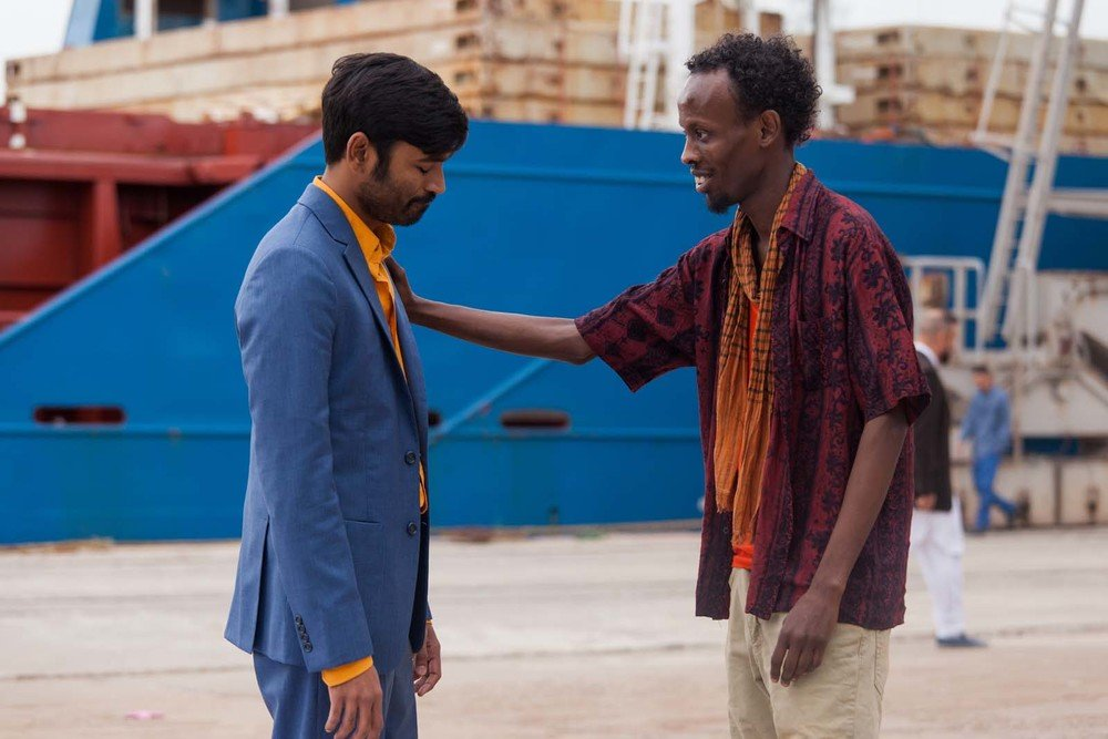L'incredibile viaggio del fachiro: Barkhad Abdi e Dhanush in una scena del film