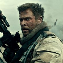 12 Soldiers: Chris Hemsworth in una scena bellica