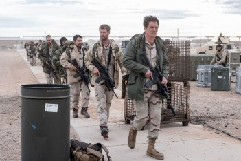 12 Soldiers: Chris Hemsworth, Michael Shannon e Michael Pena in una scena bellica