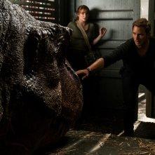 Jurassic World - Il regno distrutto: Bryce Dallas Howard e Chris Pratt in un momento del film