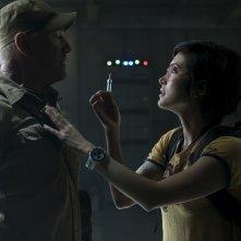 Jurassic World - Il regno distrutto: Daniella Pineda e Ted Levine in una scena del film