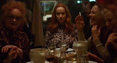 Dakota Johnson (al centro) in Suspiria (2018) - una immagine dal trailer del film di Guadagnino
