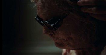 Suspiria - una anziana signora in una scena del trailer del remake