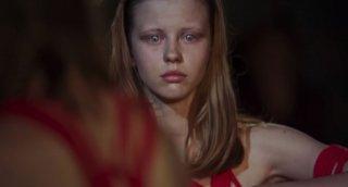 Mia Goth in Suspiria, remake diretto da Luca Guadagnino