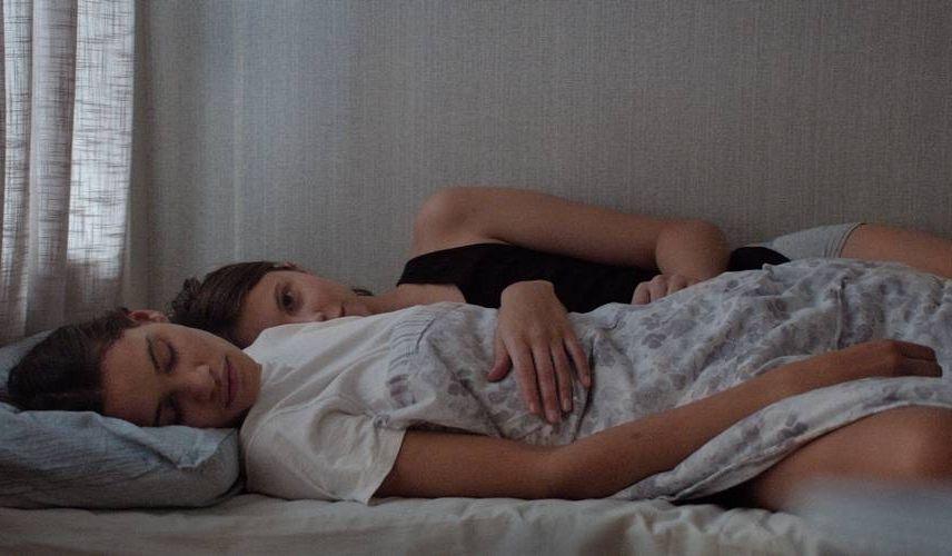 Thelma: Eili Harboe e Kaya Wilkins in una scena del film
