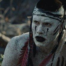 Westworld:  Martin Sensmeier in una scena dell'episodio Kiksuya