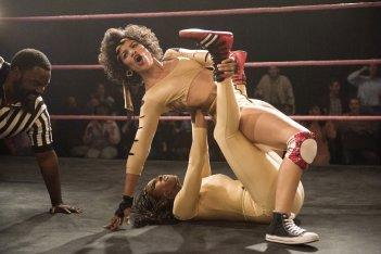 GLOW: un combattimento sul ring in una delle foto della seconda stagione