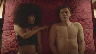 Pose: Evan Peters in una scena