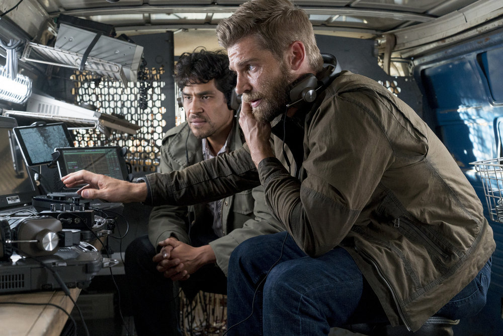 The Brave: Lakin Valdez e Mike Vogel in una scena della serie