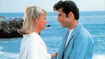 Grease: Olivia Newton-John e John Travolta in una scena del celebre film
