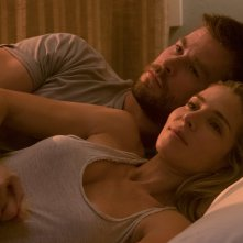 12 Soldiers: Chris Hemsworth ed Elsa Pataky in una scena del film