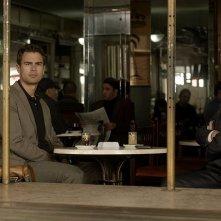 Giochi di potere: Theo James e Ben Kingsley in una scena del film