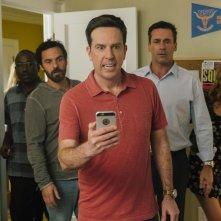 Prendimi!: Hannibal Buress, Jake Johnson, Ed Helms, Jon Hamm e Isla Fisher in una scena del film