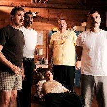 Super Troopers 2: Jay Chandrasekhar, Paul Soter, Kevin Heffernan, Erik Stolhanske e Steve Lemme in una scena del film