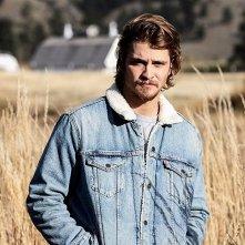 Yellowstone: Luke Grimes in una scena della serie
