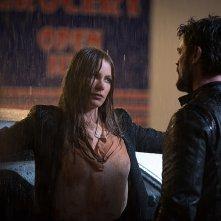 Bent - Polizia criminale: Karl Urban e Sofia Vergara in una scena del film