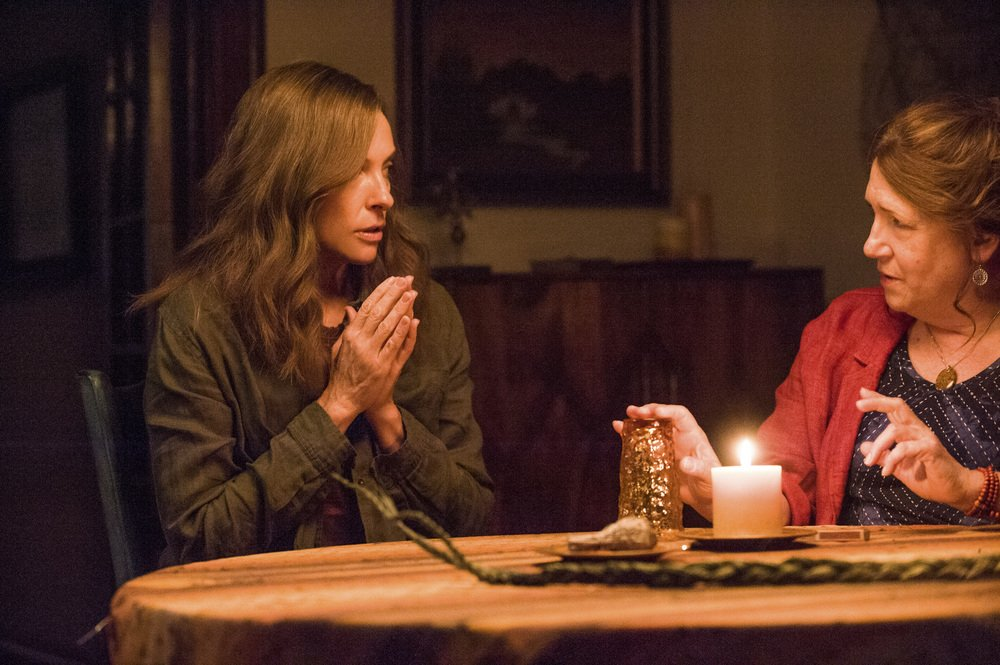 Hereditary: Toni Collette e Ann Dowd in una scena del film