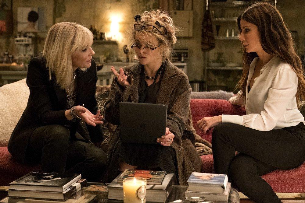 Ocean's 8: Sandra Bullock, Cate Blanchett e Helena Bonham Carter in una scena del film