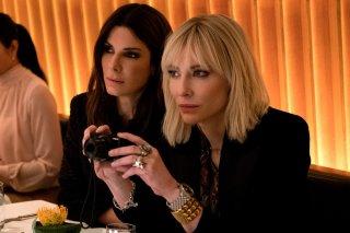 Ocean's 8: Sandra Bullock e Cate Blanchett in un momento del film