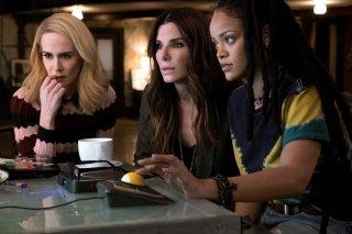 Ocean's 8: Sarah Paulson, Sandra Bullock e Rihanna in una scena del film