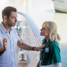 Overboard: Eugenio Derbez e Anna Faris in un momento del film
