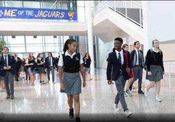 The Hate U Give: Amandla Stenberg e Algee Smith camminano nei corridoi della scuola