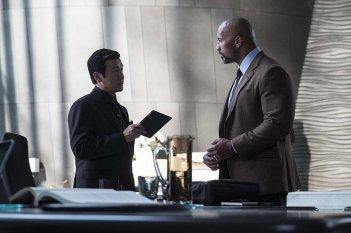 Skyscraper: Dwayne Johnson e Chin Han in una scena del film
