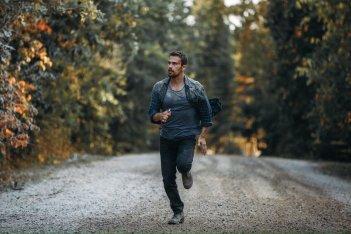 La fine: Theo James in un'immagine del film