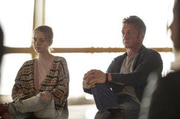 The First: Anna Jacoby-Heron e Sean Penn in una scena