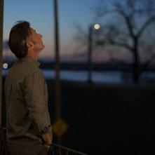 The First: Sean Penn guarda verso l'alto in una scena