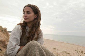 La ragazza dei tulipani: Alicia Vikander in una scena del film