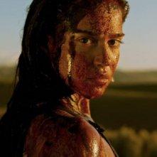 Revenge: un primo piano di Matilda Lutz col volto incrostato di sangue