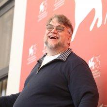 Venezia 2018: un sorridente Guillermo del Toro al photocall delle giurie