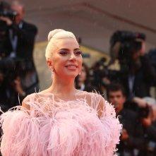 Venezia 2018: Lady Gaga posa sul red carpet di A Star is Born