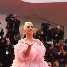 Venezia 2018: Lady Gaga saluta i fotografi sul red carpet di A Star is Born