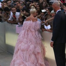 Venezia 2018: Lady Gaga firma autografi sul red carpet di A Star is Born