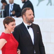 Venezia 2018: uno scatto di Olivia Colman e Yorgos Lanthimos sul red carpet di chiusura
