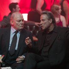 Gotti - Il primo padrino: John Travolta e Stacy Keach in una scena del film