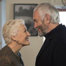 The Wife - Vivere nell'ombra: Glenn Close e Jonathan Pryce in un momento del film