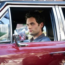 You: Penn Badgley in una sequenza della serie