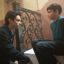 You: Penn Badgley  e Luca Padovan in una scena della serie